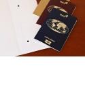 Inlays pour passeport électronique - La RFID (Radio Frequency Identification Device) est une forme d'identification rapide et simple. C'est ce qui explique comment la technologie RFID s'est imposée dans de nombreux domaines différents au cours des dix dernières années. Les informations sur les personnes, les animaux et les marchandises peuvent être stockées et consultées rapidement, en toute sécurité et de manière flexible grâce à la RFID, une forme de transmission de données sans contact. Dès le milieu des années 1990, PAV a reconnu les énormes avantages de cette technologie et a été l'un des premiers à développer des solutions, par exemple pour les inlays de passeport électronique.  Aujourd'hui, l'entreprise familiale approvisionne de nombreux États en inlays pour passeports électroniques et cartes d'identité.  Les incrustations, faites de papier synthétique ou de polycarbonate, peuvent être intégrées dans n'importe quel passeport conventionnel. Ils peuvent être intégrés dans la couverture du passeport ou dans la page de données. La production d'inlays au PAV a été évaluée par l'Office fédéral de la sécurité de l'information (BSI).